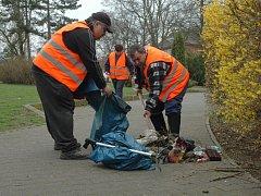 Vrchlického sady uklidili v únoru, ve středu zde byly opět neuvěřitelné hromady odpadků.