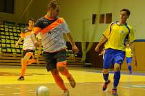 Futsalisté ústeckého Combixu (s míčem Martínek) doma porazili Chotěboř 8:7 a jsou šestí v tabulce.