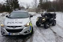Pro pohyb v okolí skal využívají policisté terénní vozidlo a čtyřkolku.