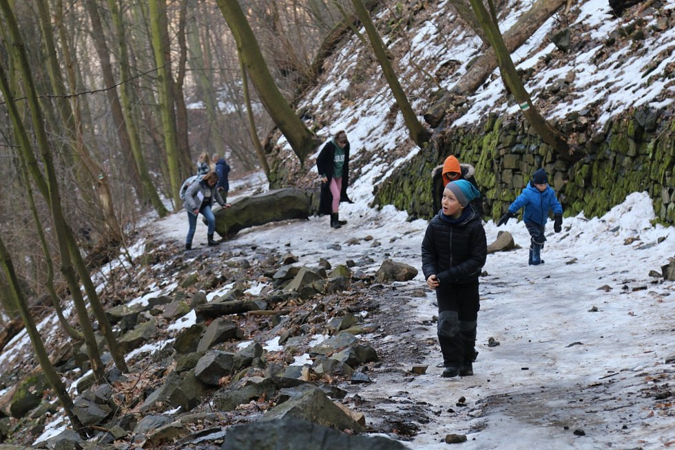 Zčásti krásně zamrzlé vodopády přilákaly desítky výletníků.