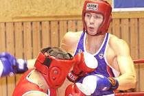 Ústecký boxer Lukáš Viktora (v modrém) si poradil s Davidem Kroupou. I díky jeho výhře zvítězili svěřenci trenéra Miroslava Vrby nad spojeným týmem Děčína a Mostu.