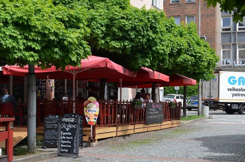 Ani ne úplně příznivé počasí, kdy se často střídalo sluníčko s deštěm, neodradilo řadu lidí v Ústí nad Labem od návštěvy restauračních zahrádek. Ty mohly být v pondělí 17. května poprvé otevřené. Na snímku předzahrádka Restaurace Ve Střední Evropě.
