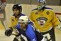 Ústečtí hokejisté (žlutí) prohráli v Mostě 2:3 po prodloužení.