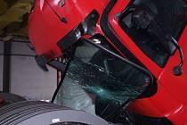 Řidiče zradila podjezdová výška.