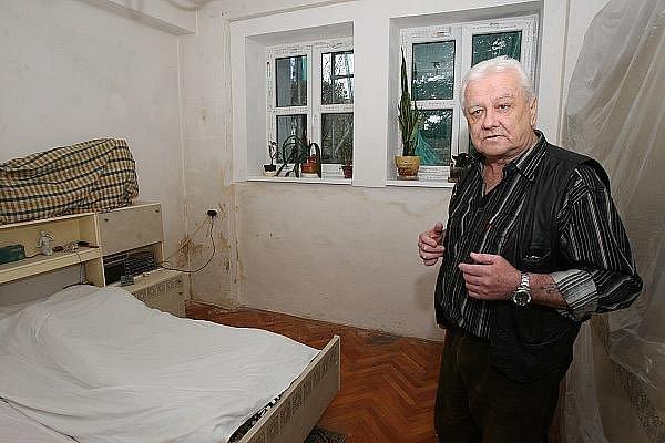 Ústečan Jan Červeň žije ve sklepním bytě od roku 1985. Stěžuje si ale, že od doby, kdy dům vlastní společnost CRM, platí stále víc a služby jsou jen horší.