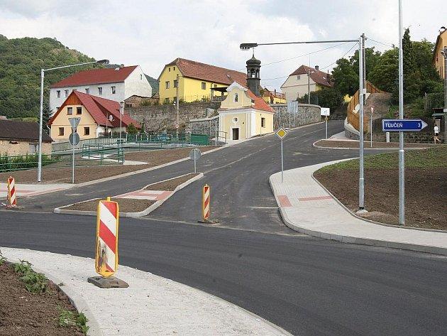Novou kruhovou křižovatku museli stavbaři postavit proto, že statici nedoporučili stávající vozovky opravit. Investice spolykala 105 milionů korun.