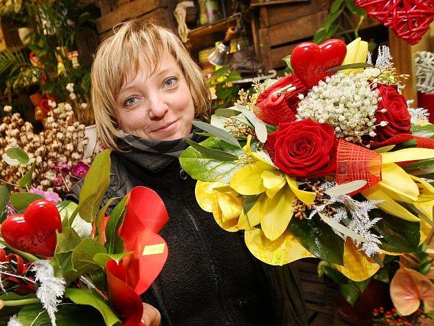 Prodavačka Jana Jindříšková připravuje ke svátku sv. Valetýna desítky kytic se srdíčky.
