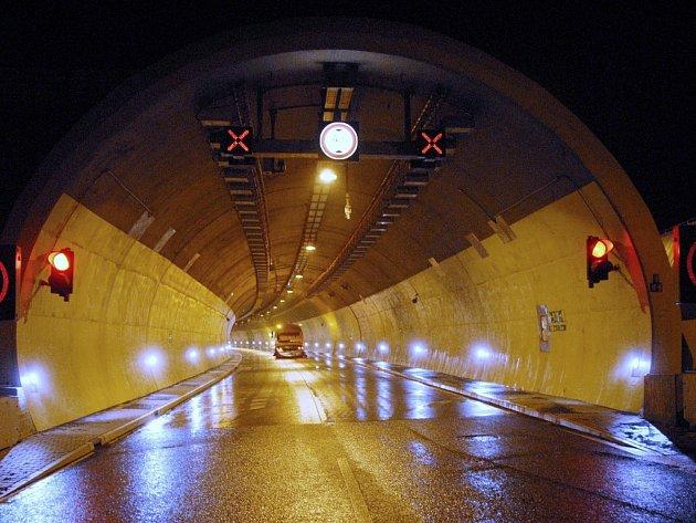 Jeden z tunelů na dálnici D8.