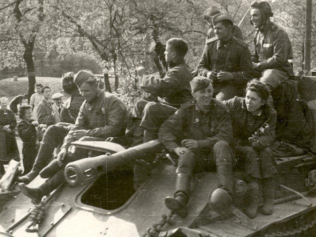 Rudomarmějci, sedící na těžkém tanku IS-2 během příchodu do Ústí nad Labem. Mnozí z nich tu napáchali mnoho zlého.