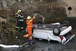 Auto sjelo z Pražské ulice v Ústí nad Labem do řeky Biliny