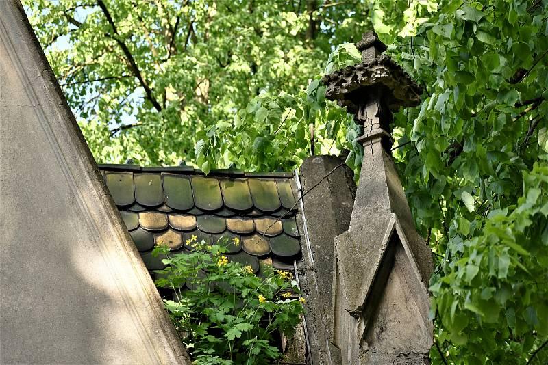 Hrobka rodiny Baseltů na hřbitově v Krásném Březně.