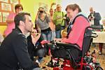 Ježíškovými vnoučaty se staly také některé známé osobnosti. Zpěvák a moderátor Leoš Mareš daroval jedné ze seniorek zapojených do projektu v loňském roce invalidní vozík.