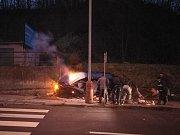 Nehoda v ústecké Vinařské ulici. Vůz po nehodě hořel, řidička utrpěla lehčí zranění