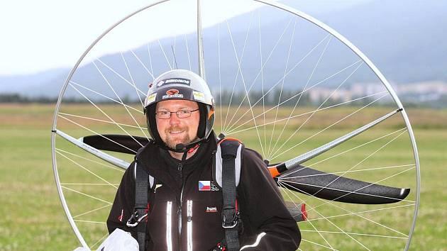 Ústečan Miroslav Oros uletěl na motorovém padáku 9132 kilometrů za 89 dní. Přeletěl přitom 150 dětských domovů