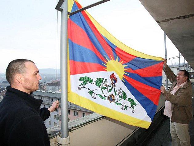 Města a obce včera vyvěsily tibetskou vlajku jako připomínku 52. výročí povstání Tibeťanů proti čínské okupaci Tibetu.