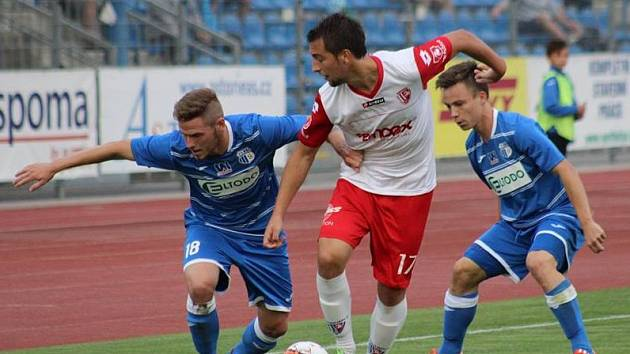 Fotbalisté Ústí (modří) doma rozstříleli Pardubice 4:1.