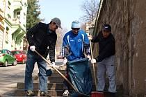 """Do akce ústecké Poradny pro integraci s názvem """"Clean up the world,"""" se zapojila velká skupina cizinců z Kazachstánu, Vietnamci, Rusové, Ukrajinci, ale i dva Američané."""