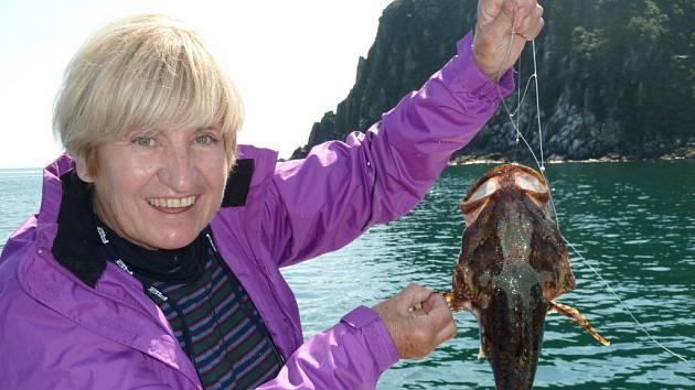 Rybalka neboli zelený okoun ulovený v Avačinském zálivu u Petropavlovska na Kamčatce. Pyšnou rybářkou je Mirka Blažková z Ústí nad Labem.