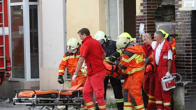 V Předlicích se propadl strop. Jednu ženu záchranáři vyprostili v 15.31 hodin..