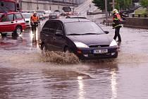 Při prudkých deštích kanalizaci Na Předmostí ucpe bahno. Řešení prý neexistuje.