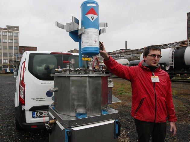 Čištění kontaminovaných podzemních vod a hornin pomocí nanočástic železa ověřují ve Spolku pro chemickou a hutní výrobu.