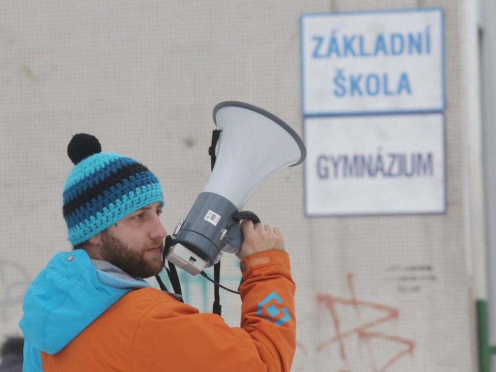 Režisér Jakub Šmíd u ZŠ Mírová točí film s názvem Na krátko.