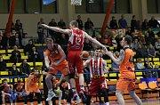 Basketbalové utkání Ústí - Pardubice. Foto: Karel Pech