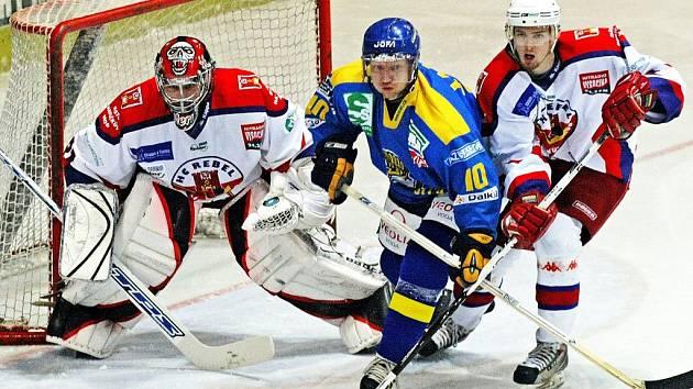 Ústecký forvard Pavel Janků (uprostřed) si proti Havlíčkovu Brodu připsal dva body (1+1).