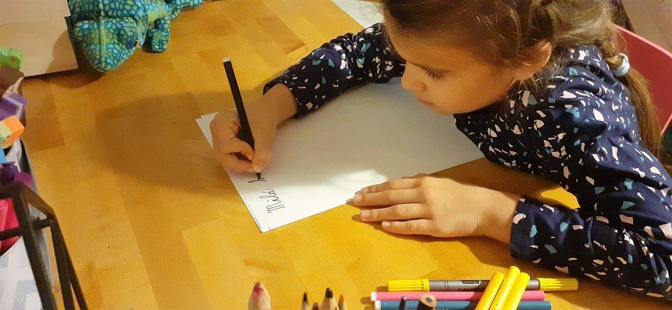 Sedmiletá Stella Kleinová píše dopis babičce