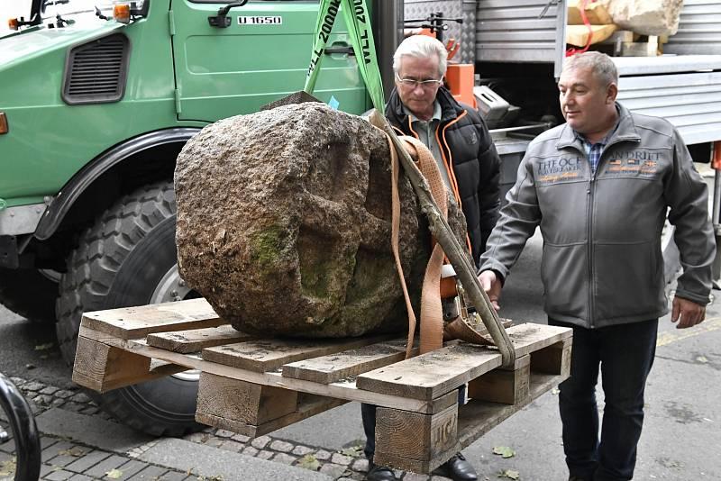 Josef Michalec a Petr Melen při předání kamenné středověké stély do ústeckého muzea.