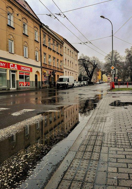 Ústecký fotograf Martin Vodňanský si oblíbil snímky zachycující dominanty města nad Labem v odrazu kaluže. Říká jim loužovky. Na snímku je městská část Neštěmice.