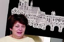 Helena Svatková (na snímku) vede kroužek paličkování již přes 20 let. Jejíma rukama prošlo na pět stovek žen a dívek. Pokračovat by v učení chtěla i v dalších letech.