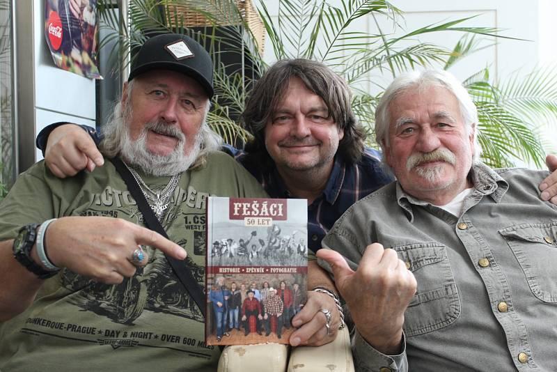 Robert Moucha ze skupiny Fešáci oslavil 80. K 5O. výročí vzniku kapely vyšla kniha.