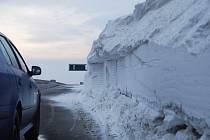 Dálnici musela protáhnout sněhová fréza.
