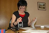 Vedoucí vnitřní správy Zuzana Kohoutová přijímá daňové přiznání na provizorní přepážce.