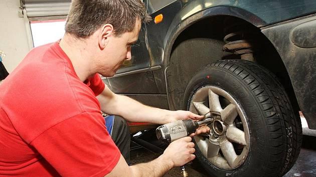 Pneuservisy zažívají v těchto dnech jarní boom. Majitelé aut přezouvají plechové miláčky ze zimních pneumatik na letní.