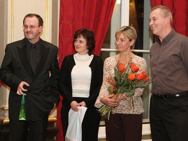 Za přípravu projektu a shánění financí na to, aby si mohli zdravotně postižení lidé pravidelně zajít na kuželky, dostal Miroslav Wedlich (vlevo s mikrofonem) s kolegy Křesadlo 2013.