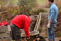 Na budování kompostu na školní zahradě se podíleli nejen žáci a pedagogové, ale k ruku dílu přiložili i dobrovolníci ze společností, které projekt podpořily.