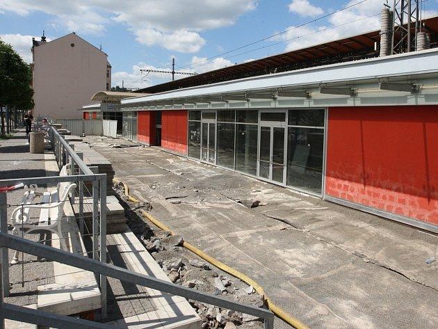 Dělníci v Zanádraží sundali celý povrch zdejší terasy.