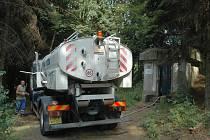 Do některých vodojemů je nutné dovážet vodu cisternama.