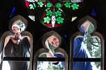 Pracovníci specializované firmy ze Cvikova Petr Zajac (v modrém triku) a Miroslav Polanský osazují nové vitráže na hrobku rodu Chotků ve Valtířově.