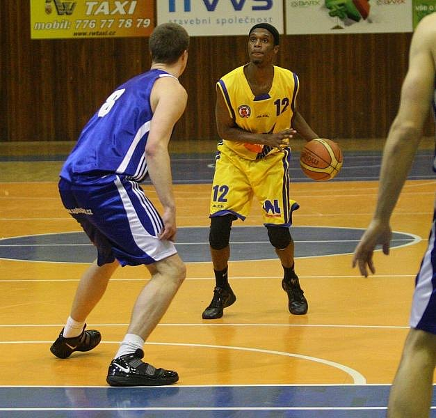 Ústečtí basketbalisté (žluté dresy) doma udolali Sokol pražský a dál živí naději na třetí místo.