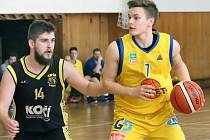 Basketbalisté Slunety USK Ústí (žlutí) zvítězili na rezervou Sokola Písek (černí) poměrem 77:63