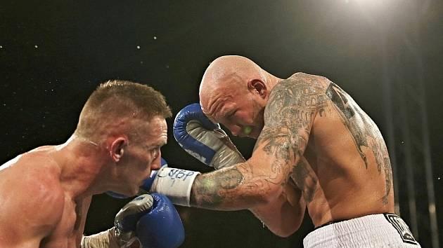 Stanislav Eschner (vpravo) při boxerském souboji s Markem Andrýskem na galavečeru v Kladně v roce 2019