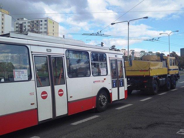 Nákladní vozidla odtahují trolejbusy na Severní Terase v Ústí.