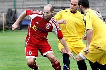 Fotbalisté Střekova (žlutí) porazili v derby celek Neštěmic 3:0