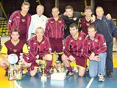 Jan Suchopárek (druhý zprava dole) pomohl Dukle k vítězství na Old Boys Cupu.