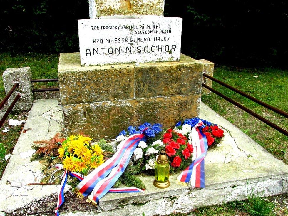 Květiny přinášejí k pomníku také žáci z mimoňské školy.
