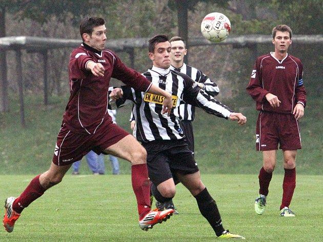 Fotbalisté Trmic (vínové dresy) doma porazili Malšovice 1:0 po penaltách.