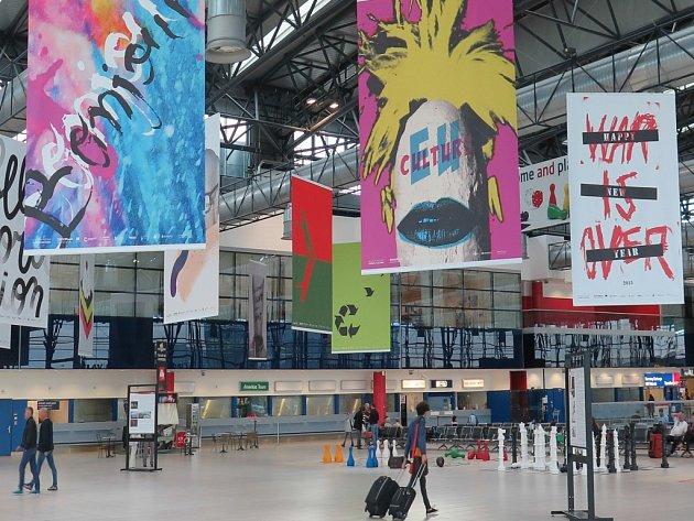 Plakáty v Terminálu 2 vedení letiště sundalo, už příští týden je ale vrátí zpátky.
